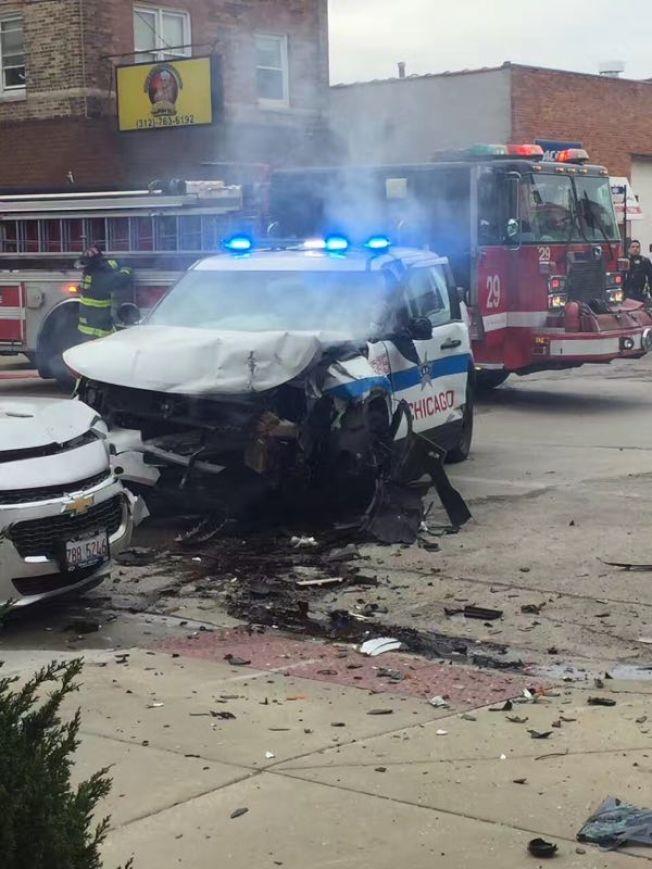 芝加哥華埠日前發生嚴重事故,警員在執行追捕任務時發生車禍,二名警員受傷。(讀者提供)