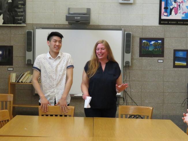在20日湯森哈里斯高中的學校領導小組的閉門會議後,卡爾利克(右)和陳柏廷(左)來到學校圖書館向大家宣布結果。(記者陳小寧/攝影)