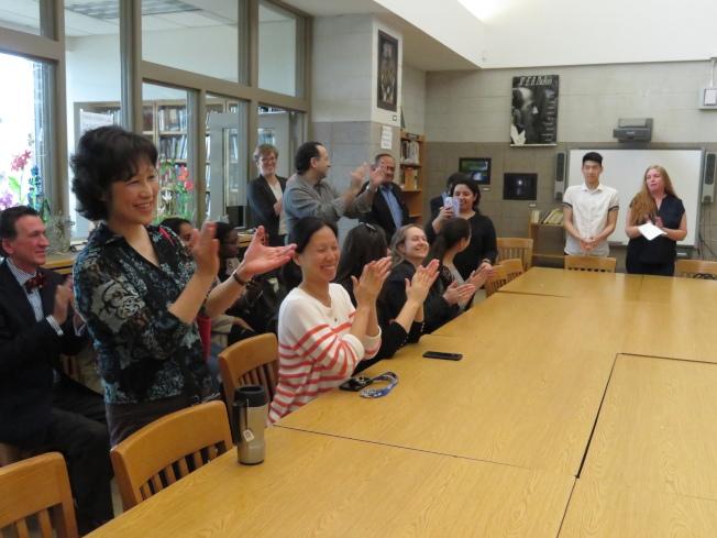 家長、老師們聽到結果,高興的熱烈鼓掌。(記者陳小寧/攝影)