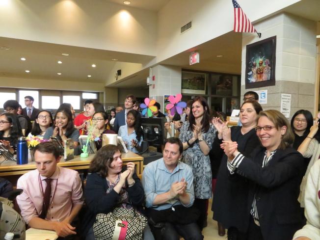 學生、家長和老師們聽到了大家最鍾意的康登將成為新校長,高興得熱烈鼓掌。(記者陳小寧/攝影)