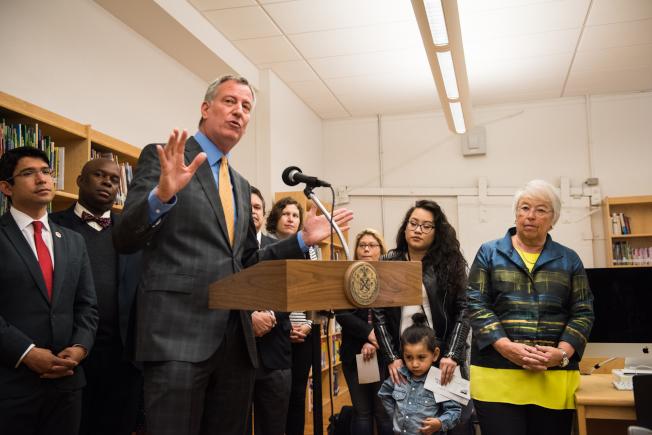 白思豪(發言者)與法瑞娜(右一)宣布學前班的首輪派位結果,進入前三志願者達87%。(市長辦公室提供)
