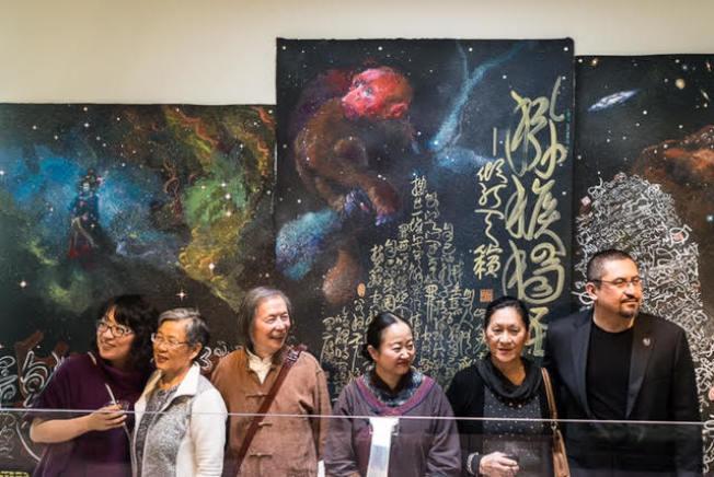 黃翔詩畫作品參加「當代宇宙合作」展覽,觀眾反應熱烈。(Stu Chandler攝影)
