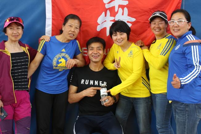 「二姑娘波馬團」參與到本地「&#29319」跑團的波士頓馬拉松賽前活動。圖為秦震寧(左三)和唐晶晶(左四)與多位成員合影。(記者劉晨懿之/攝影)