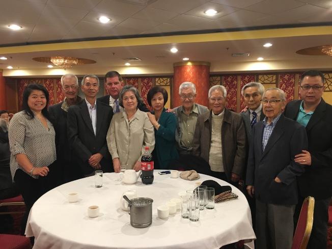 波士頓市長偉殊(左四)宣布將競選連任。圖為偉殊早前到華埠舉辦籌款會。(記者劉晨懿之/攝影)