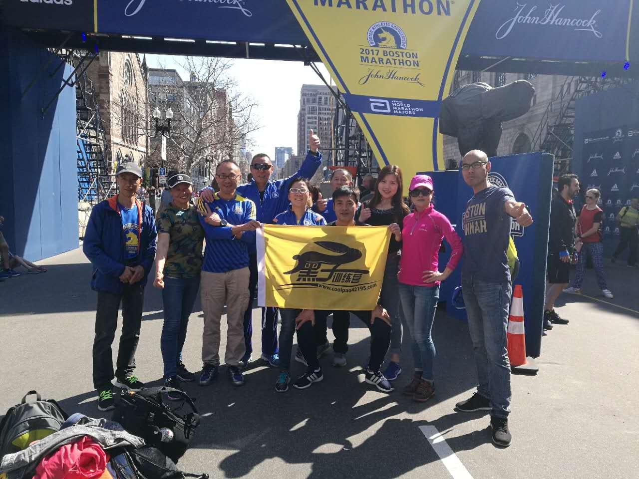 「二姑娘波馬團」20多名成員一起來到波士頓參加馬拉松賽。圖為部分成員賽前在終點線附近合影。(李泠然提供)