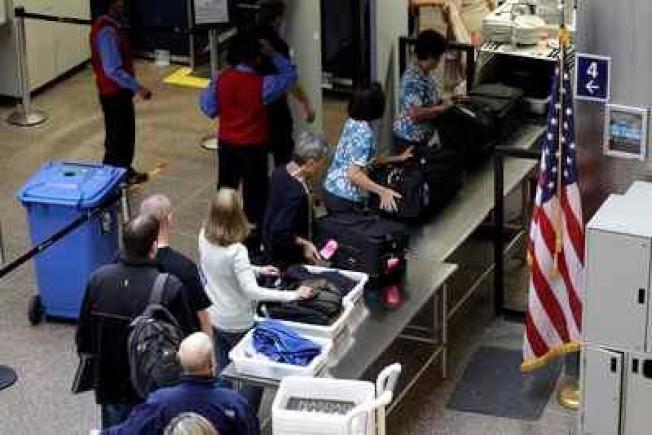 在機場接受安檢的旅客,須把口袋裡的錢掏出,以致去年在安檢站的塑膠箱遺留下86萬7812.39元的硬幣和紙鈔。(美聯社)