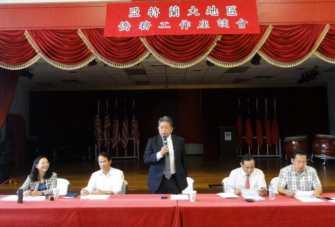 劉經巖(中)在亞城僑務座談會上發言。(吳炳宏/攝影)