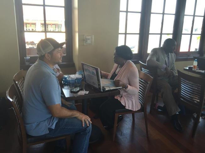 圖為屋崙市民正在登記投保加州。(資料照片,記者劉先進/攝影)
