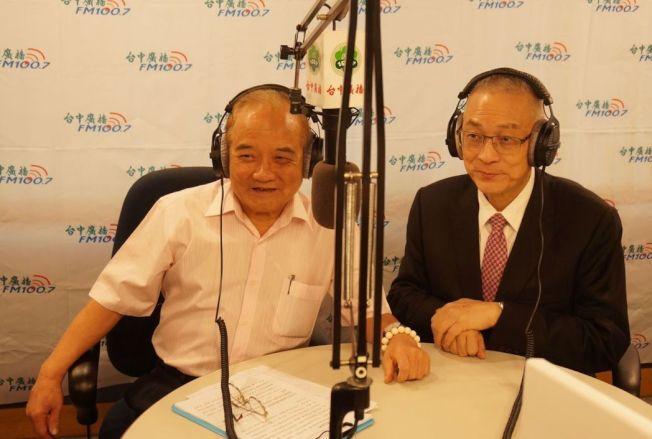 前副總統吳敦義(右)接受廣播專訪,吳敦義說,2020總統大選,國民黨不排除找黨外,親自上陣是最後選擇。記者洪敬浤/攝影