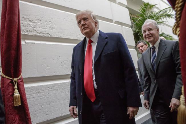 川普26日宣布稅改,其中維持房貸利息抵稅、免除健保稅及「遺產稅」。(美聯社)