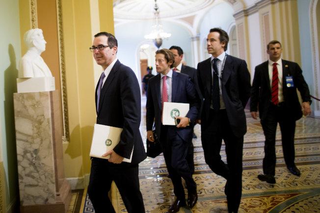 財政部長米努勤日前在國會山莊,前往解釋川普稅改。(Getty Images)