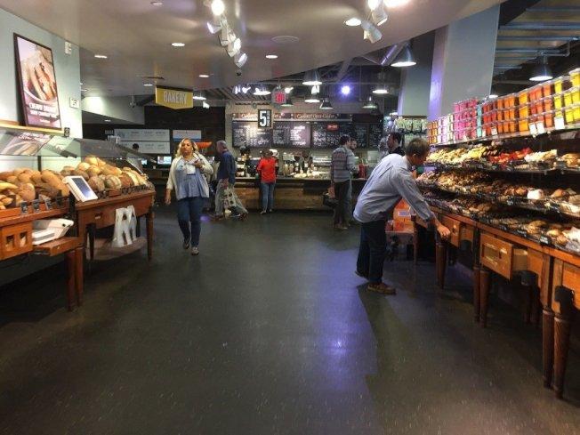 「grocerant」食物區也販售咖啡與麵包。 華盛頓記者張加/攝影