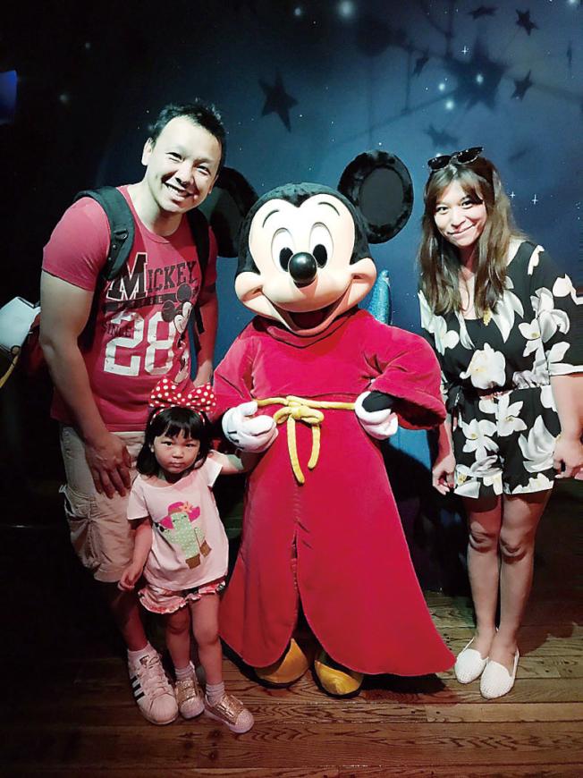 育有一女的顏嘉興(左)說,若育兒抵稅真上路,省下來的稅金將帶著一家人去迪士尼旅遊。(圖:顏嘉興提供)