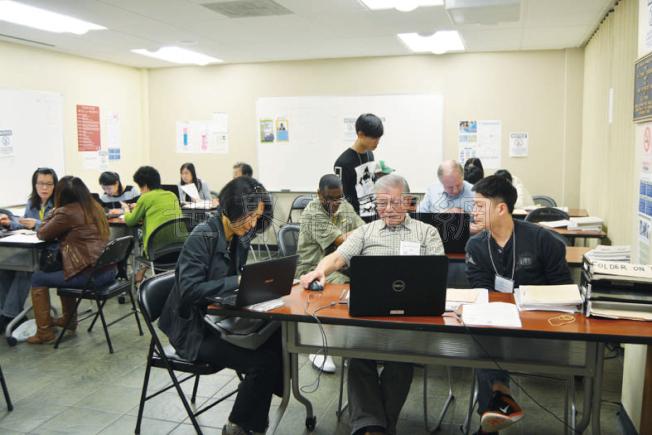 圖為華人在屋崙一非營利機構報稅。(記者劉先進/攝影)