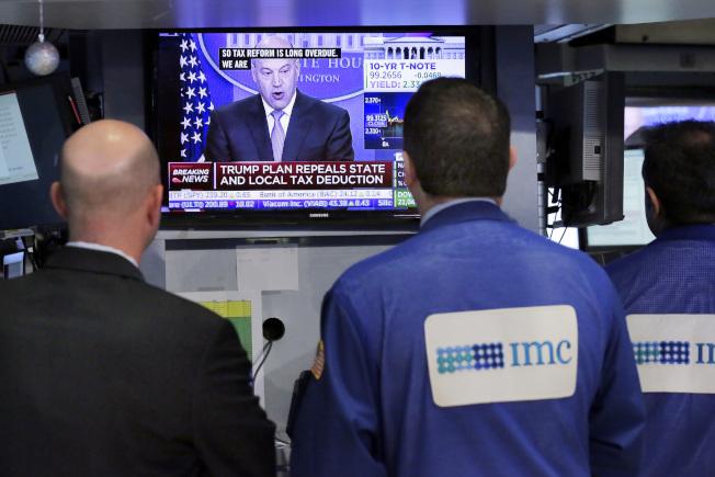 華爾街股市密切注視川普的減稅計畫。(美聯社)