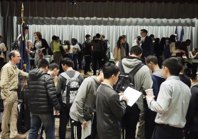 下東城高中舉辦就業博覽會,為學生選擇大學專業和未來的人生道路提供指導。(記者俞姝含/攝影)