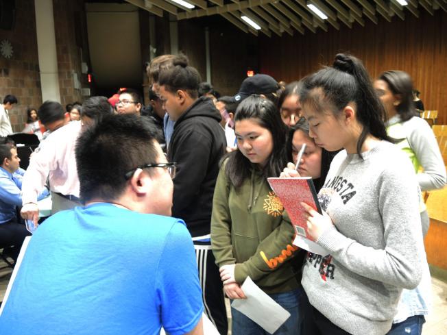 華裔學生向劉健取經。(記者俞姝含/攝影)