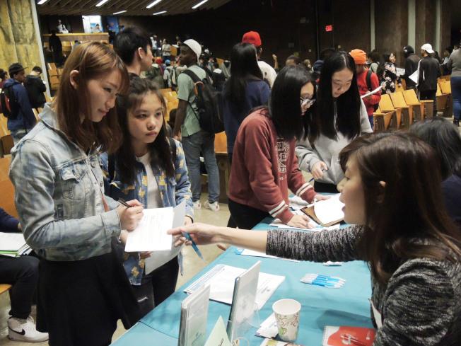 下東城高中舉辦就業博覽會,多個華裔機構提供中、英文雙語講解。(記者俞姝含/攝影)