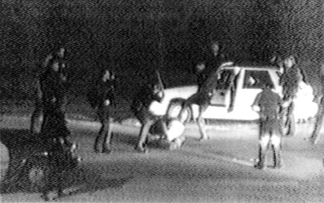 洛杉磯四名警察毆打羅尼‧金恩,殘暴場面被拍了下來,錄像公布後,全美輿論譁然。(美聯社)