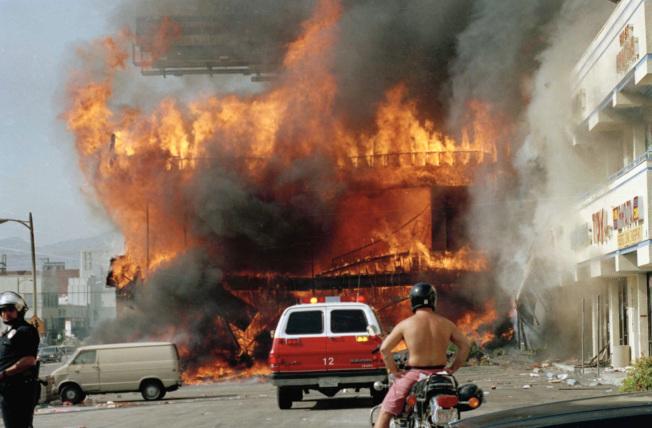 洛杉磯韓國城商店被暴徒縱火。(美聯社)
