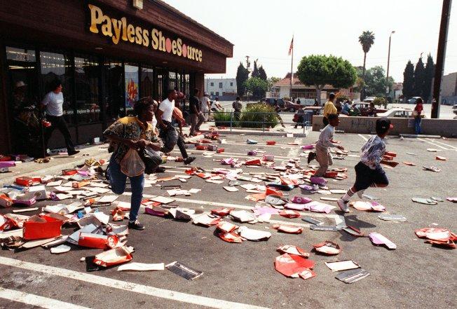 洛杉磯南部地區的商店慘遭暴徒搶奪。(美聯社)