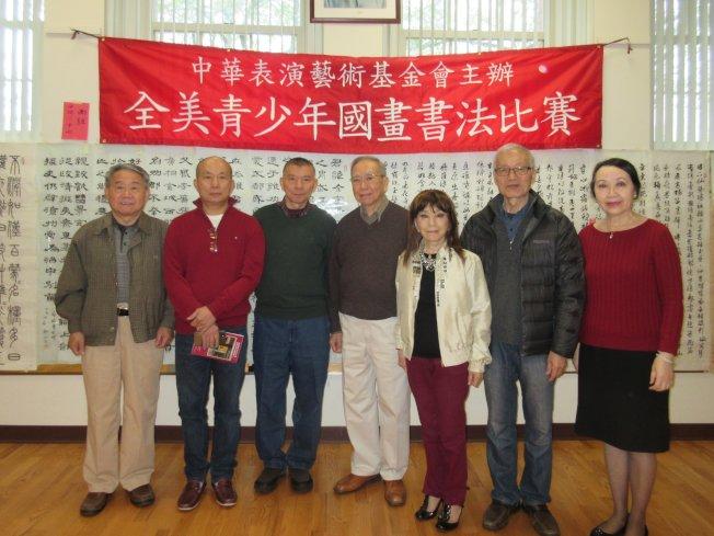 第26屆全美青少年國畫書法比賽主辦人譚嘉陵(右),與六位評審,左起:方正厚、林浩宗、陸惠風、鍾耀星、朱蓉、馬清雄。(中華表演藝術基金會提供)