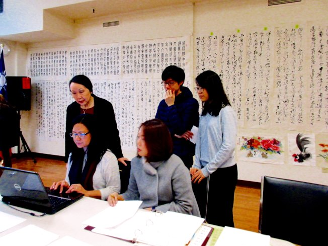 公開評審當日,義工們協助登錄資料,計算評審成績。(中華表演藝術基金會提供)
