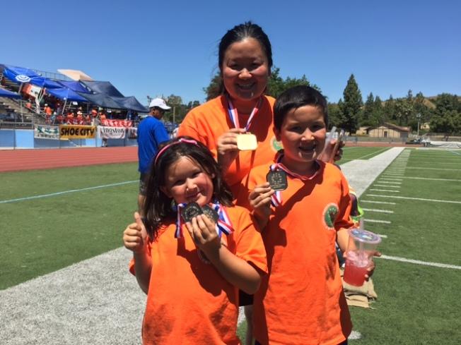 來自北橙中文學校的朱文彧和一對兒女Aiden和Katelyn今年第一次參加運動會,就獲得四枚獎牌。(記者楊青/攝影)