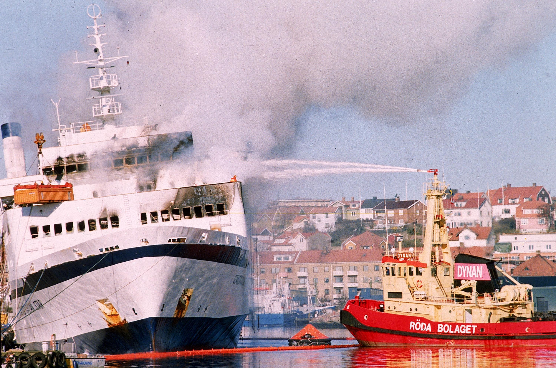 「斯堪那維亞之星」被拖回瑞典的 Lysekil港,仍冒著濃煙。(美聯社)