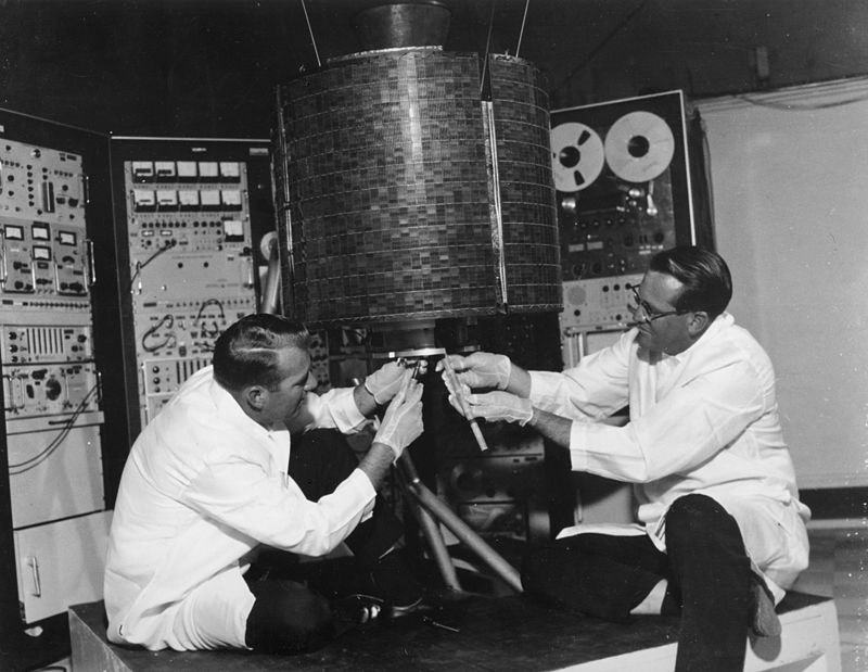 工程師 Stanley Peterson (左)及Ray Bowerman 檢查「早鳥」。(NASA)