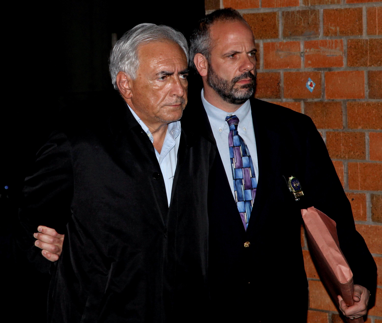 前國際貨幣基金(IMF)總裁史特勞斯‧卡恩2011年5月14日 因在紐約曼哈頓涉嫌性侵被捕,15日被帶出布朗士的警局。 (美聯社)