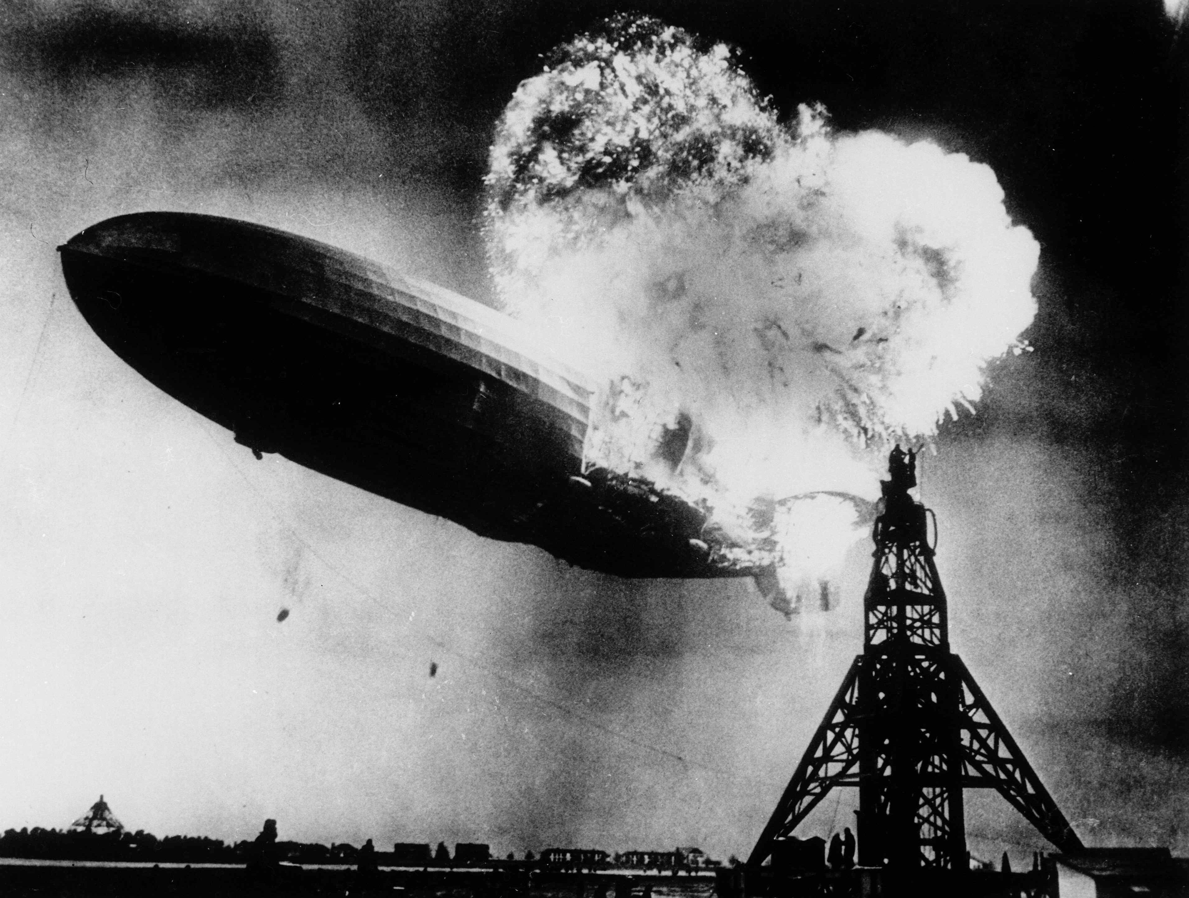 「興登堡號」爆炸後,尾部起火著地。美聯社
