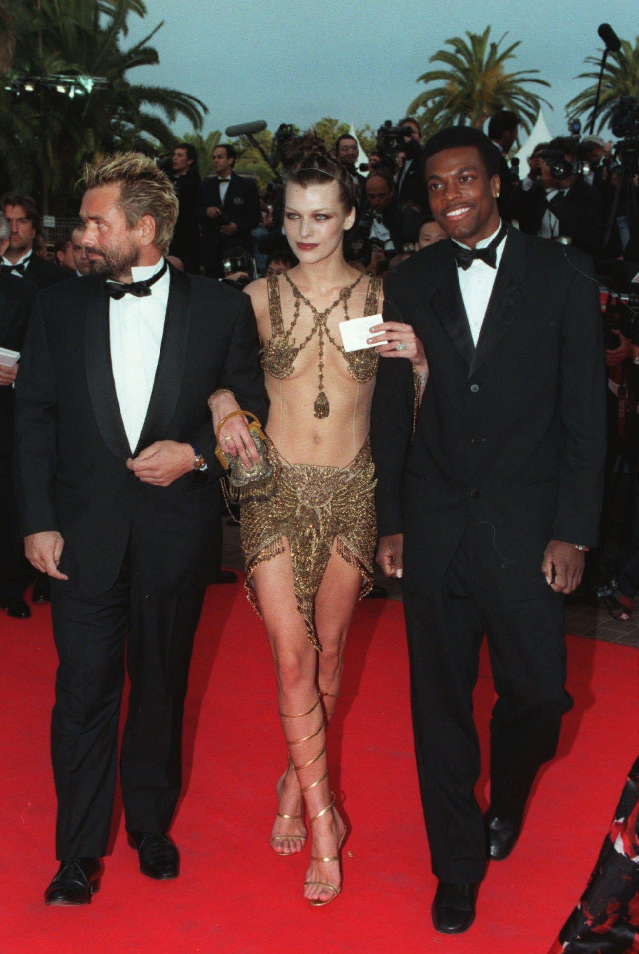 女星蜜拉喬娃維(中)由法國導演盧貝松 (左) 及「尖峰時刻」男星Chris Tucker陪同,出席第50屆坎城影展「第五元素」首映 。美聯社