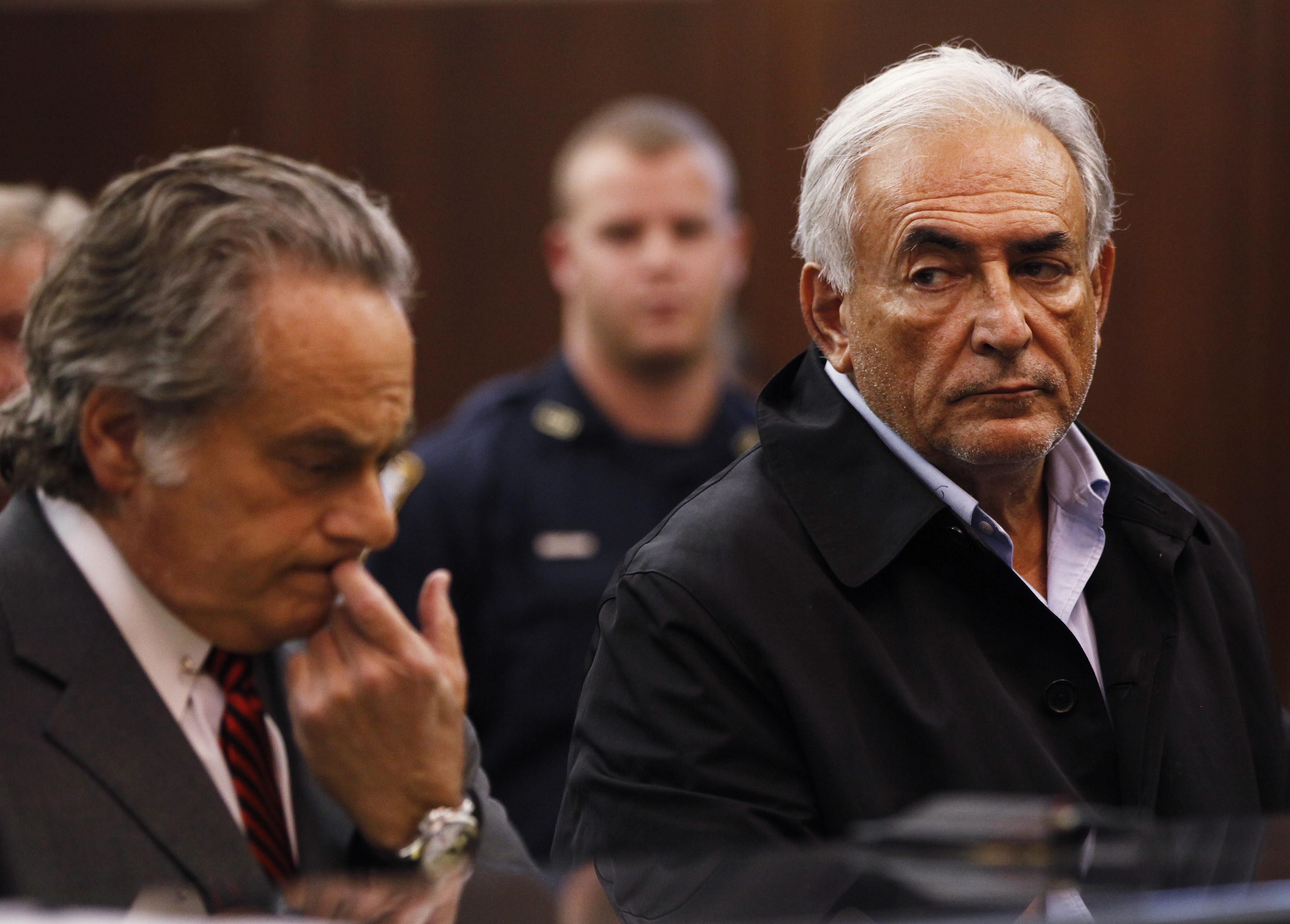前國際貨幣基金總裁史特勞斯卡恩(右)2011年5月16日於曼哈坦頓刑事法庭過堂,法官裁定不得交保。(美聯社)