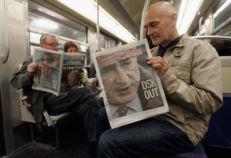 前國際貨幣基金總裁史特勞斯卡恩的性醜聞案件,受到全球媒體大幅報導。圖為2011年5月16日幾位巴黎市民在地鐵上閱讀新聞。(Getty Images)