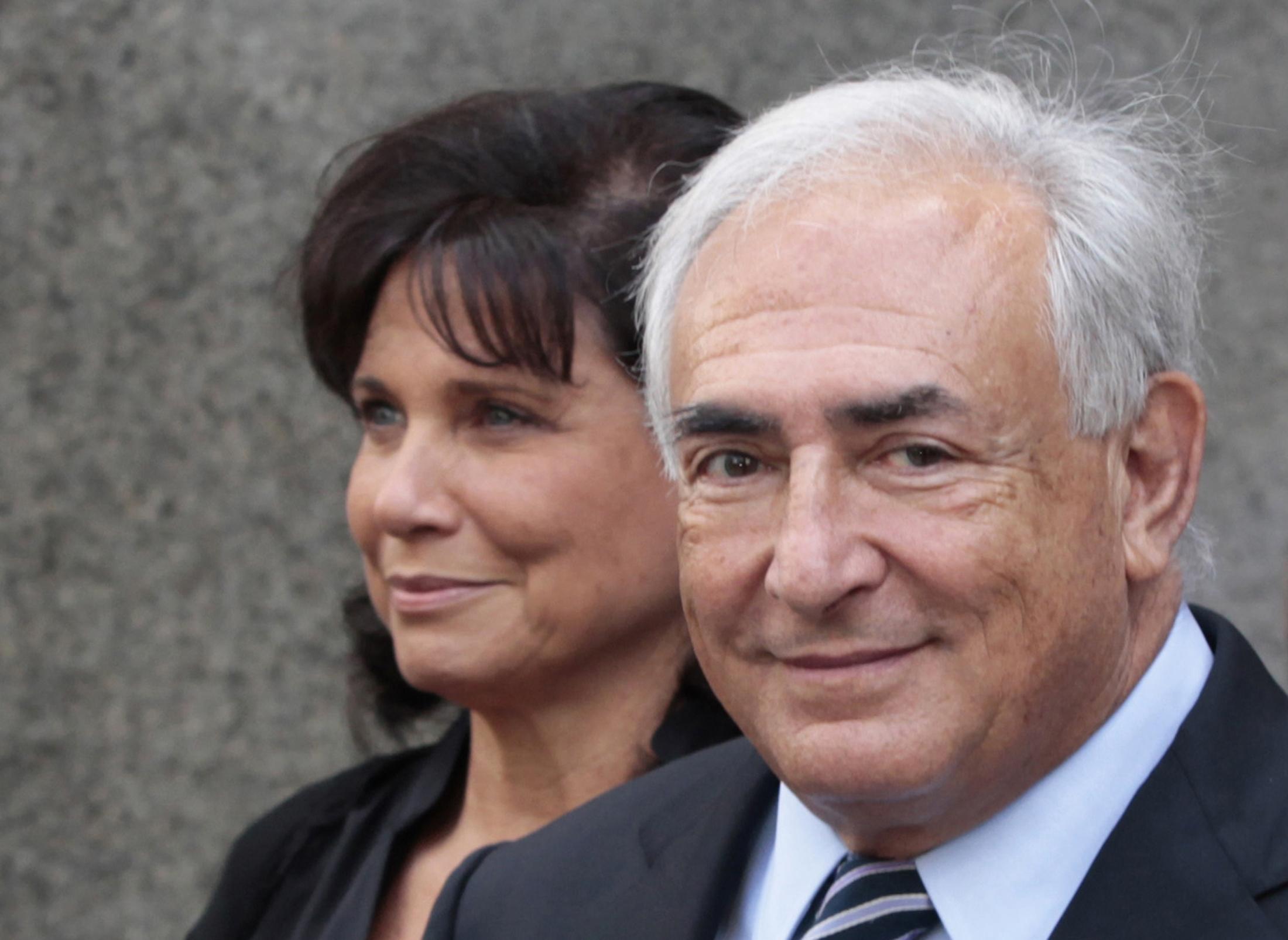前國際貨幣基金(IMF)總裁卡恩(右),2011年8月23日和妻子在曼哈頓高等法院聽證後步出法庭,兩人笑容滿面,對於刑事控訴被撤如釋重負。(路透)