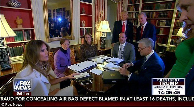 第一夫人梅蘭妮亞(左)在白宮圖書館與幕僚開會時,川普總統帶著前來採訪他的福斯新聞晨間節目人員「探班」。來源/福斯新聞