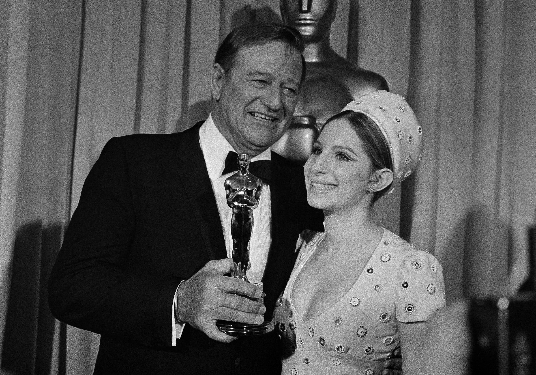 1970年4月7日,約翰·韋恩(左)以《大地驚雷》(True Grit) 贏得奧斯卡最佳男主角獎。圖右為女演員兼歌手芭芭拉·史翠珊(Barbra Strisand)。(美聯社)