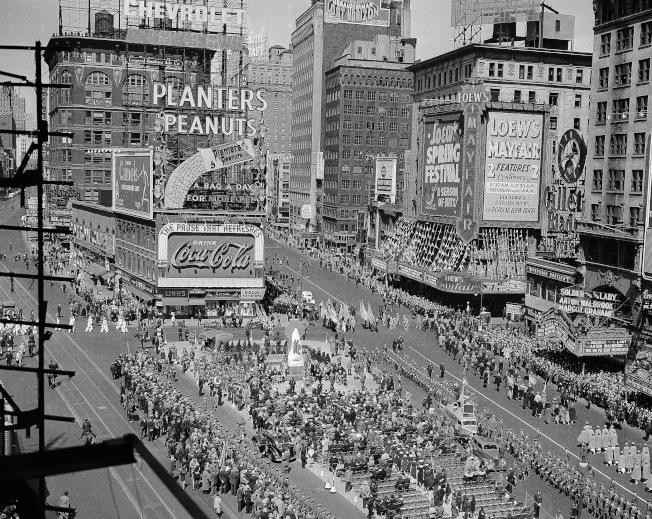 數千紐約客1937年5月2日聚集在時報廣場慶祝 Francis P. Duffy 神父紀念銅像揭幕。(美聯社)