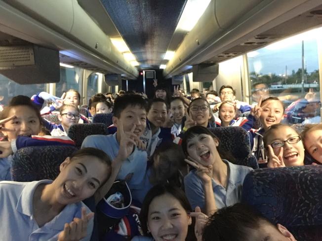中華台北啦啦隊在遊覽車上向僑胞問候。(記者陳文迪/攝影)
