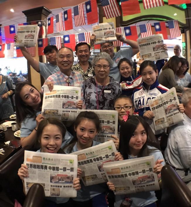 僑務諮詢委員楊喬生、紀翠麗夫婦購買90份世界日報送給代表團作紀念。(記者陳文迪/攝影)