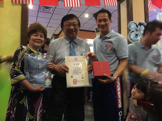 中華民國啦啦隊協會理事長張育銓(右二)頒發感謝狀給第一銀行奧蘭多分行經理高健智夫婦,感謝他們贊駐慶功宴。(記者陳文迪/攝影)