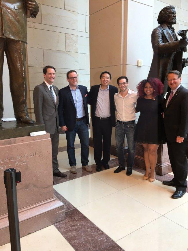 從菜鳥到達人的「為美國創業」總裁楊安澤(左三),1日晚在國會和幾位青年創業人現身說故事,密西根參議員彼得斯(右一)、康州眾議員海姆斯(左一)對於楊安澤和他的創意,大力推崇。(The New Democrat Coalition 推特)