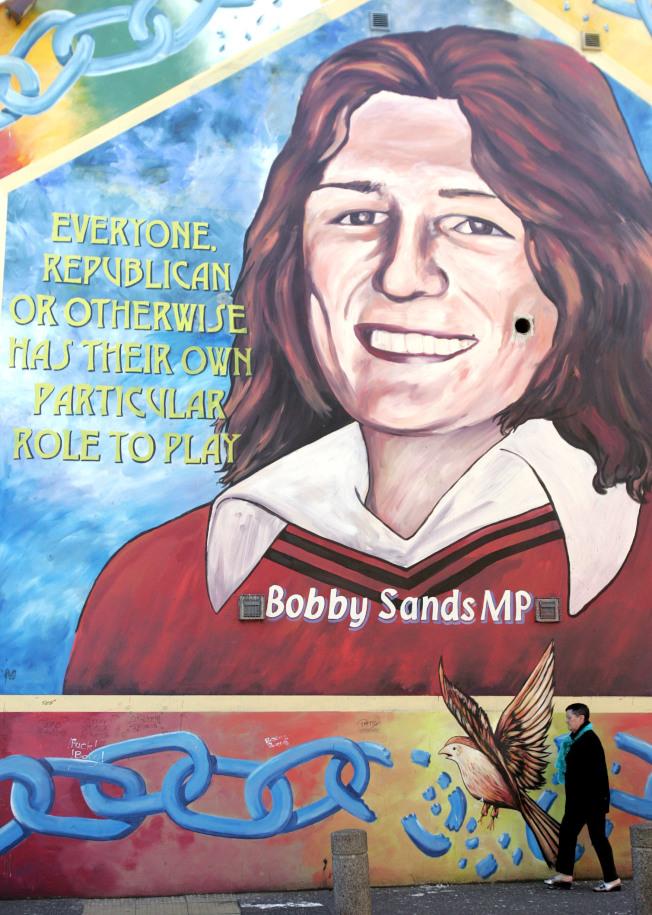 在北愛爾蘭的Belfast住宅區牆上畫著巨幅的Bobby Sands畫像。(美聯社)