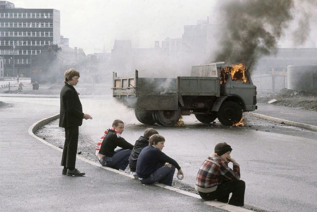 Sands絕食66天後死亡, Belfast發生騷亂及街頭示威,演變成暴力衝突。(美聯社)