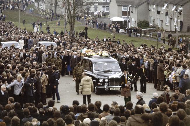 有數十萬人參加Sands的葬禮。(美聯社)