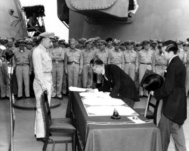1945年9月2日日方代表在停泊於日本東京灣的美軍戰艦「密蘇里」號上簽署投降書。(美國陸軍)