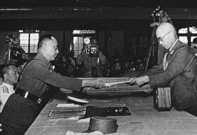 1945年9月9日,中國戰區中華民國陸軍總司令何應欽(左)在南京陸軍總司令部接受日軍代表呈遞的投降書。(網路圖片)