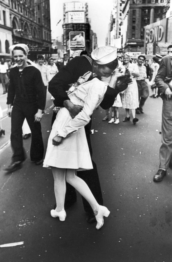 紐約時報廣場1945年8月14日(美東時間)慶祝日本投降(V-J Day ),攝影記者 Alfred Eisenstaedt 刊登在生活雜誌的經典「勝利之吻」。