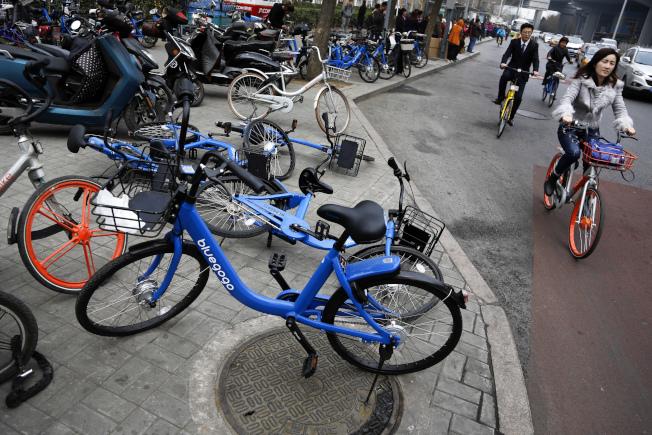 共享單車成為近年來新型的交通工具。(美聯社)
